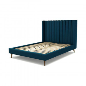 Custom MADE Cory kingsizebed, marineblauw wol met walnoothouten poten