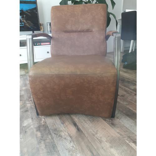 2 cognac kleurige fauteuils. afbeelding
