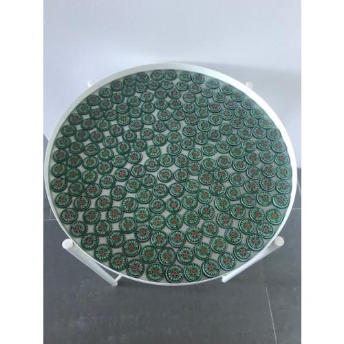 Bijzettafel ingelegd met bierdopjes Heineken afbeelding
