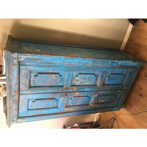 Unieke felblauwe teakhouten kast afbeelding