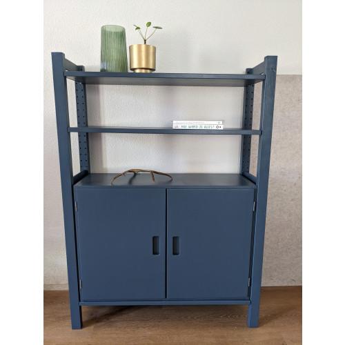 Blauwe kast met deurtjes en planken afbeelding