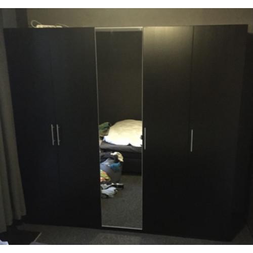 Mooie kledingkast met veel opbergruimte. afbeelding