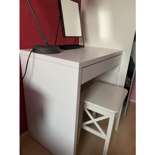 Kleine bureau met kruk afbeelding