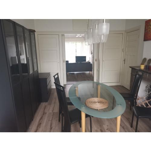 Tafel en stoelen afbeelding