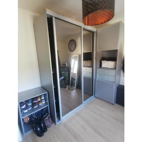 Kledingkast met spiegeldeuren afbeelding