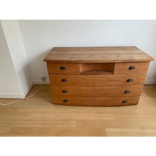 Houten handgemaakte houten bedmeubel met 2 nachtkastjes en commode. afbeelding