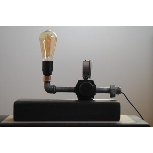 Industriële en unieke echte oliedruk meter lamp op houtblok afbeelding