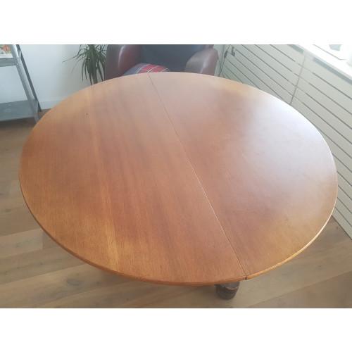 Mooie ronde houten tafel afbeelding