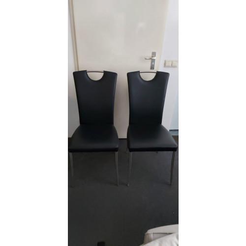 2 zwarte leren stoelen afbeelding