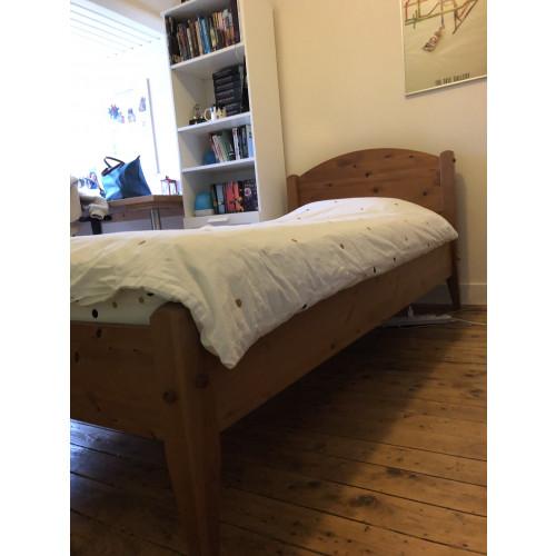 Mooie kast en bed van massief grenen-hout afbeelding