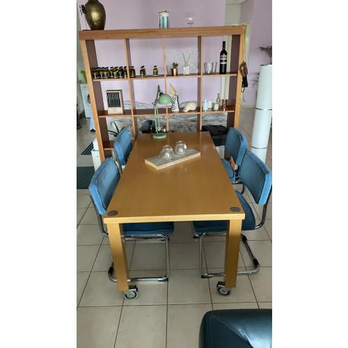 Eettafel met vier stoelen afbeelding
