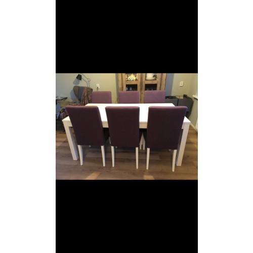 Witte Eettafel met 6 (donker) paarse stoelen. afbeelding