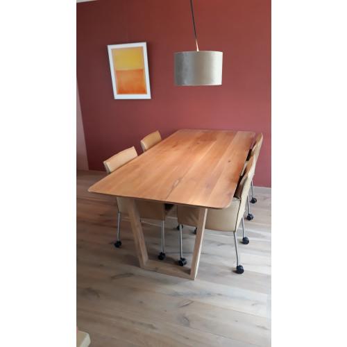 Massieve eiken tafel en stoelen afbeelding