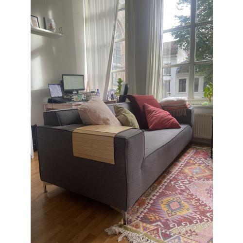 Donker grijze Nederlandse design bank afbeelding
