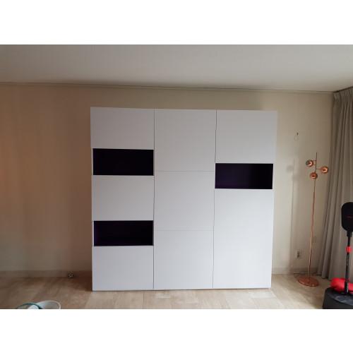 Witte wandkast met paarse accenten afbeelding